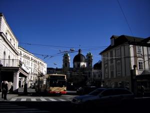 물감을 뿌린듯 짙푸른 하늘과 우유곽처럼 하얀 건물들