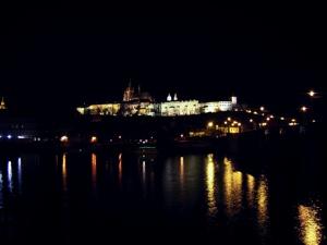 멀리 보이는 프라하 성의 불빛