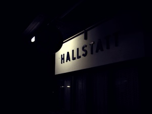 어둠이 짙게 깔린 할슈타트 기차역